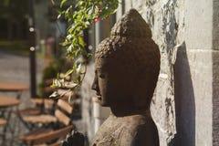 Estátua da pedra decorativa de Gautama Buddha foto de stock royalty free