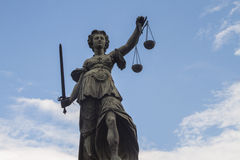 Estátua da senhora Justiça em Francoforte fotografia de stock