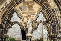 Estátua da Virgem Maria em Saint Mathieu de Fine Terre de Abbaye imagens de stock