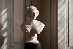 Estátua das senhoras dentro no palácio de Rundale, Letónia foto de stock