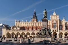 A estátua de Adam Mickiewicz e o pano Salão no centro histórico de Krakow, Polônia em um dia ensolarado bonito fotos de stock