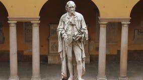 Estátua de Alessandro Volta na universidade de Pavia, picovolt, Itália, tiro da inclinação vídeos de arquivo