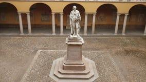Estátua de Alessandro Volta na universidade de Pavia, picovolt, Itália, tiro panorâmico rápido video estoque