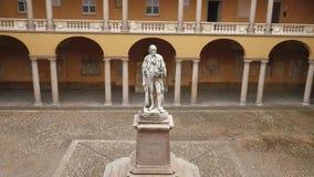 Estátua de Alessandro Volta na universidade de Pavia, picovolt, Itália, zumbido para fora vídeos de arquivo