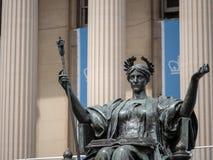 Estátua de Alma Mater fora da biblioteca de Universidade de Columbia imagens de stock royalty free