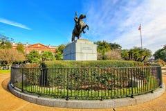 Estátua de Andrew Jackson e apartamentos de Pontalba em Nova Orleães fotos de stock royalty free