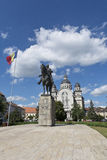 A estátua de Avram Iancu e a catedral ortodoxo, rosas esquadram, Targu Mures Fotografia de Stock