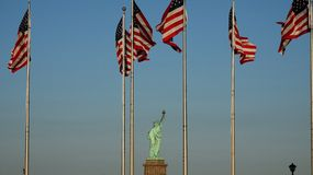 Estátua de bandeiras de Liberty And E.U. imagens de stock royalty free