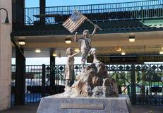 Estátua de bandeiras de ondulação da criança no parque Jackson de Pringles, Tennessee imagem de stock