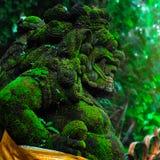 Estátua de Barong Lion Guardian na frente do templo do Balinese Indones fotografia de stock