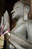 A estátua de bronze da Buda é encaixada na frente do espinho Phra Kaew em Vientiane, Laos Fotografia de Stock Royalty Free
