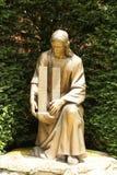 Estátua de bronze de Jesus Christ que guarda construções do World Trade Center imagem de stock royalty free