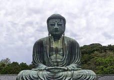 Estátua de bronze exterior monumental da Buda de Amida fotografia de stock