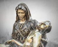 Estátua de bronze de Jesus Christ inoperante que está sendo abraçado pela Virgem Maria imagens de stock royalty free