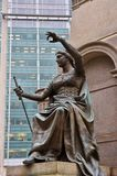 Estátua de bronze de justiça, detalhe do monumento fotos de stock