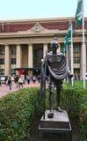 Estátua de bronze de Mahatma Gandhi no quadrado público da entrada da cidade da estação de trem histórica e colonial em Wellingto imagem de stock