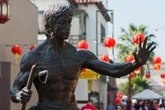 Estátua de Bruce Lee durante 117th Dragon Parade dourado, imagens de stock royalty free