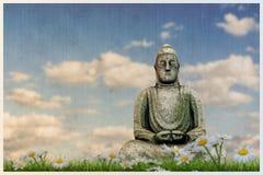 Estátua de Budda em um prado bonito Fotografia de Stock Royalty Free