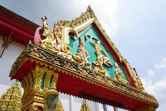 Estátua de buddha da arte na porta do templo em Wat Huay Tub Mon em Rayong foto de stock royalty free