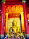 A estátua de buddha do ouro fotografia de stock