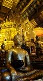Estátua de Buddha no templo foto de stock