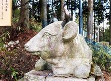 Estátua de Bull, templo budista Imagem de Stock