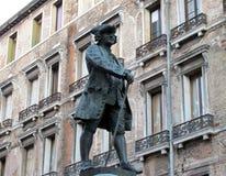 estátua de Carlo Goldoni em Veneza, Itália Fotos de Stock