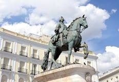 Estátua de Carlos III no del Sol Gateway do Sun, Madri de Puerta, Espanha Carlos III Charles III era o rei da Espanha fotos de stock royalty free