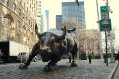 Estátua de carregamento do touro de Wall Street com turistas, NYC Foto de Stock Royalty Free