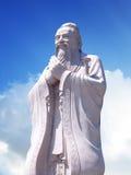 Estátua de Confucius com fundo do céu Fotos de Stock