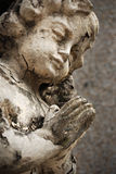 Estátua de desintegração velha do anjo do Cherub fotografia de stock