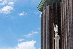 Estátua de Dois pontos na frente das torres dos dois pontos no Madri foto de stock