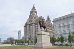 A estátua de Edward VII assentou a cavalo em Pier Head em Liverpool, Inglaterra Fotos de Stock