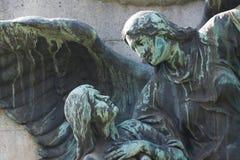 Estátua de estar celestial anjo que guia um ser humano fotografia de stock