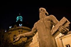 Estátua de Fedorov e igreja dominiquense em Lviv fotos de stock