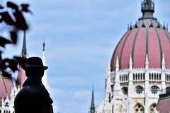 Estátua de Imre Nagy com o Parlament no fundo Foto de Stock Royalty Free