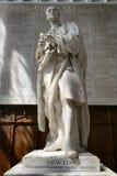 Estátua de Isaac Newton In Trinity College Chapel foto de stock