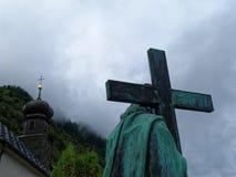 A estátua de Jesus Christ com cruz continuou ombros foto de stock