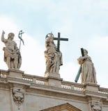 estátua de Jesus Christ Risen acima de Saint Peters Basilica no imagem de stock royalty free