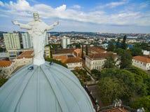 Estátua de Jesus Christ sobre a igreja Católica fotografia de stock
