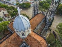 Estátua de Jesus Christ sobre a igreja Católica imagem de stock royalty free