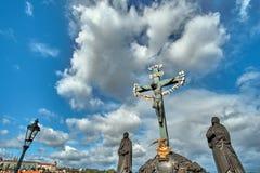 Estátua de Jesus Crucifixion com rotulação hebreia em Charles Bridge Prague, República Checa fotos de stock royalty free