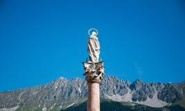 Estátua de Jesus em Innsbruck, Áustria com claramente o céu fotografia de stock royalty free