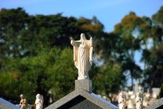 Estátua de Jesus em um headstone Fotografia de Stock Royalty Free