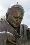 Estátua de John Paul II no centro do papa John Paul II Cracow Fotografia de Stock Royalty Free