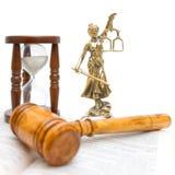 Estátua de justiça, do gavel, do livro de lei e do hourglass foto de stock
