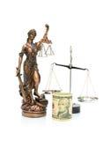 Estátua de justiça e dinheiro em um fundo branco. phot vertical imagem de stock royalty free