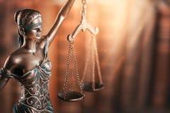 Estátua de justiça e do livro foto de stock royalty free