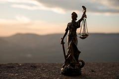 A estátua de justiça - justiça ou Iustitia/Justitia da senhora a deusa romana de justiça em um fundo escuro do fogo Imagem de Stock