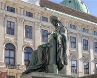 Estátua de justiça, parte de um monumento a Francis II em um pátio no palácio de Hofburg, Viena imagens de stock
